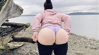 Mom Showing Her Fat Ass On A Public Beach